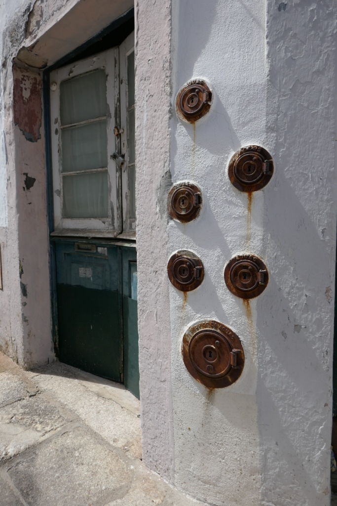 In Évora's residential areas, there are intriguing locked holes in the wall - water meters? Évora has an impressive 16th century aqueduct. Connection? Must investigate this ...